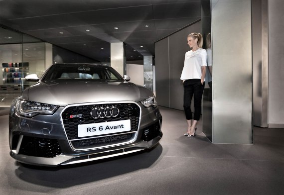Gwyneth Paltrow autographs an Audi RS 6 Avant